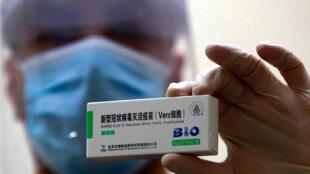 约旦启动新冠防疫注射,医护人员展示一盒中国国药新冠疫苗