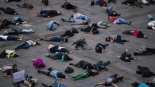 Manifestantes acostados en el suelo en recuerdo de la masacre de Tlatelolco de 1968. Mexico, 2 de octubre de 2018.