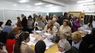 Bureau de vote à Séville, le 20 novembre 2011, où l'ex-chef de gouvernement socialiste Felipe Gonzalez a choisi d'apporter son soutien au candidat socialiste Alfredo Pérez Rubalcaba.