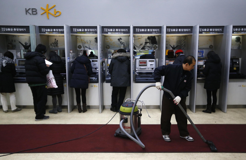 Sul-coreanos retiram dinheiro das instituições financeiras que tiveram os dados pirateados.