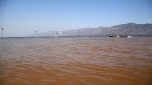 Les affluents du Lac Inle apportent une eau souvent trouble et rouge. Les sédiments se déposent au fond du lac qui, d'année en année, rétrécit.