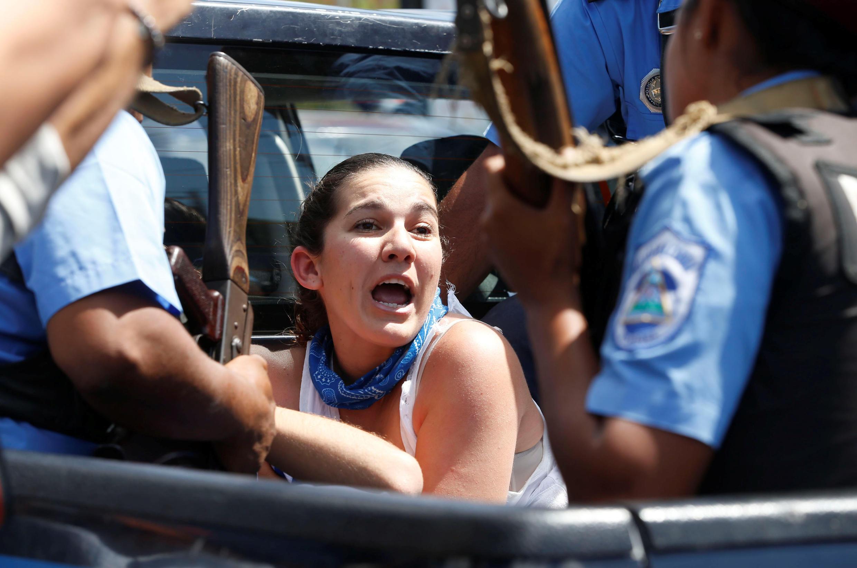 Una manifestante es detenida por la policía durante una marcha contra el gobierno de Daniel Ortega, en Managua, el pasado 16 de marzo de 2019.
