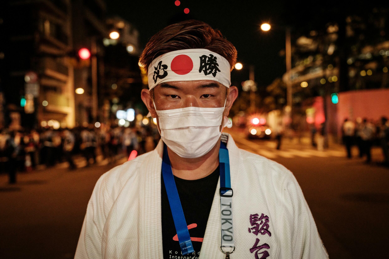 El japonés súper fan de los Juegos Olímpicos Kazunori Takishima, en Tokio el 23 de julio de 2021, previo a la apertura de la postergada cita deportiva en un mundo con covid-19