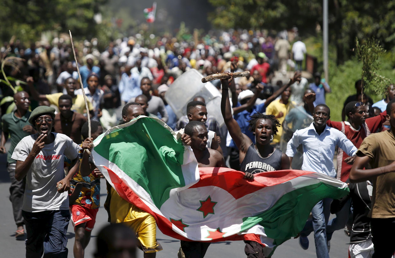 Wandamanaji nchini Burundi wakiwa wamebeba bendera ya taifa hilo, jijini Bunjumbura