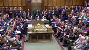 """ترزا می، نخستوزیر بریتانیا، در مقابل نمایندگان پارلمان این کشور قبل از رأیگیری به طرح توافق با اتحادیه اروپا برای """"بِرِکسیت""""، صحبت میکند . سهشنبه ٢١ اسفند/ ١٢ مارس ٢٠۱٩"""""""