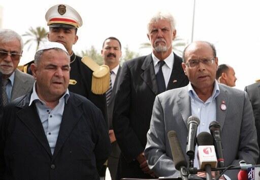 Le président tunisien Moncef Marzouki (d) aux côtés de Peres Trabelsi, président du comité de la Ghriba et de la communauté juive de Tunisie en face de la synagogue de la Ghriba, le 11 avril 2012 à Djerba.