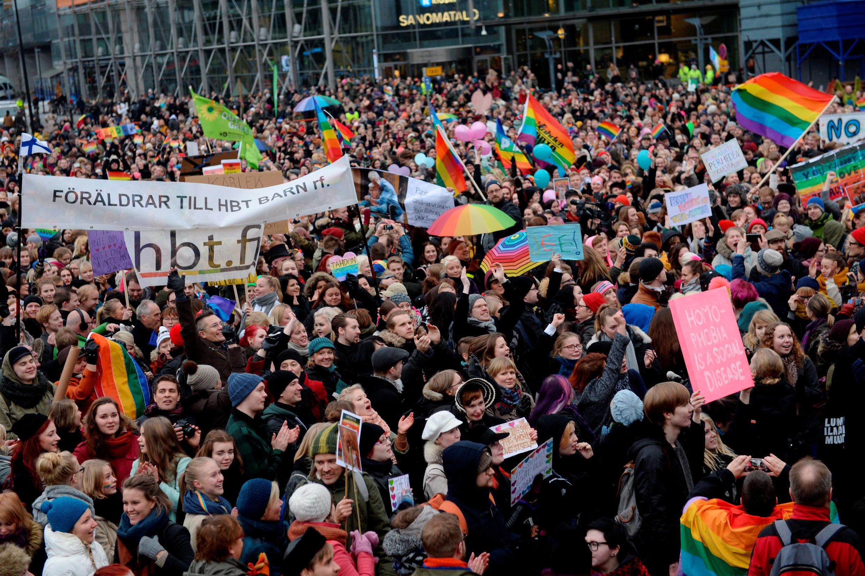 Apoiadores do casamento gay se reúnem diante do Parlamento finlandês