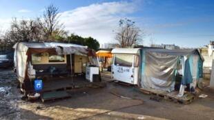 A família do bebê cigano mora nesta favela de Champlan, na região parisiense.