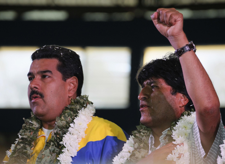 ប្រធានាធិបតីបូលីវីEvo Morales (ស្តាំ) និងប្រធានាធិបតីវ៉េណេស៊ុយអេឡា Nicolas Maduro នៅប្រទេសបូលីវី កាលពីថ្ងៃ ទី ៤កក្កដា ២០១៣