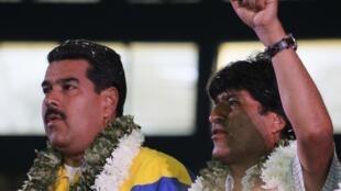Le président bolivien Evo Morales (d.) et son homologue vénézuélien Nicolas Maduro, à Cochabamba, en Bolivie, le 4 juillet 2013.