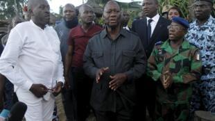 O Presidente marfinense Alassane Ouattara (centro) em Grand Bassam, a cidade onde decorreu o atentado.