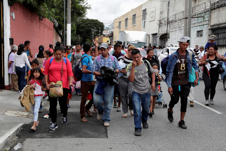 Migrantes hondureños llegan a un albergue en Ciudad de Guatemala, este 17 de octubre de 2018.