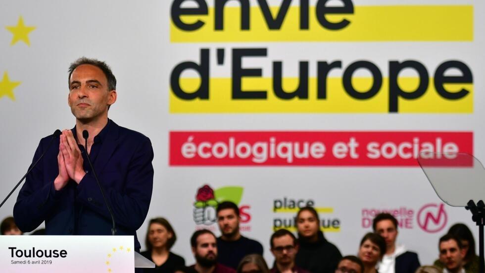 Nghị sĩ châu Âu Raphael Glucksmann. trước những người ủng hộ.