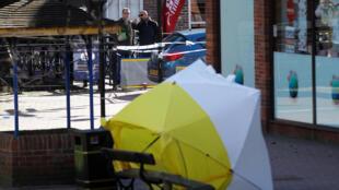 Cảnh sát bảo vệ hiện trường vụ ám sát cựu điệp viên nhị trùng người Nga Sergei Skripal và con gái Yulia, gần một trung tâm thương mại ở Salisbury, ngày 08/03/2018.
