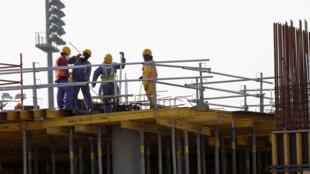 Des travailleurs migrants sur la construction de l'Aspire Zone, un complexe sportif ultra moderne de 250 hectares comprenant notamment un stade de football de 17 000 places.