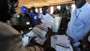 Votes are counted near Conakry