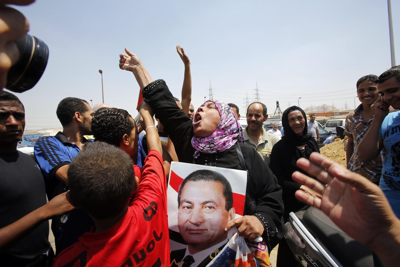 Những người ủng hộ cựu tổng thống Hosni Moubarak  vui mừng trước tin ông ra khỏi nhà tù, ngày 22/08/2013.