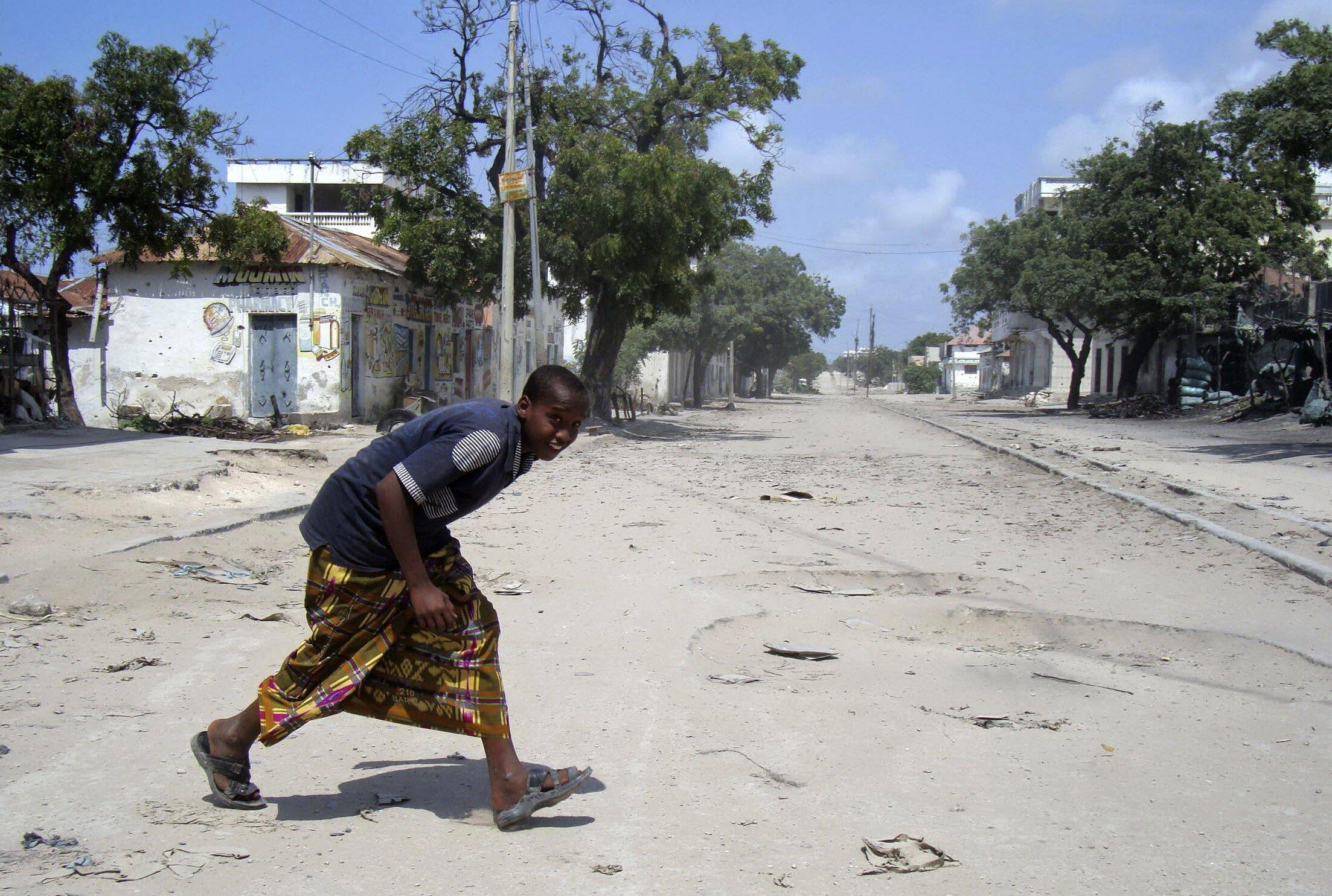 Un garçon traverse une rue de Mogadiscio en Somalie, le 25 août 2010.