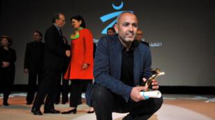 Le réalisateur marocain Mohamed Mouftakir pose avec son Tanit d'or reçu pour son film «L'Orchestre des aveugle», le 28 novembre 2015.