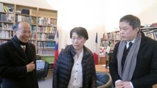 2013年2月18日,台湾文化部长龙应台访问巴黎。在巴黎台湾文化中心与台湾驻法代表吕庆龙(左)及巴黎台湾文化中心主任陈志诚(右)在一起。