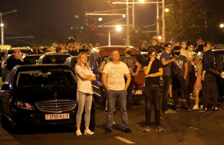 К полуночи у станции «Спортивная» большинство полос дороги заняли автомобилисты, чтобы перекрыть путь силовикам.