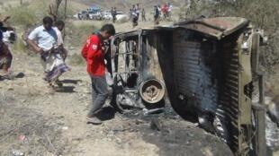 Des riverains inspectent la carcasse de la voiture qui aurait été frappée par l'attaque de drone de ce samedi 19 avril 2014.