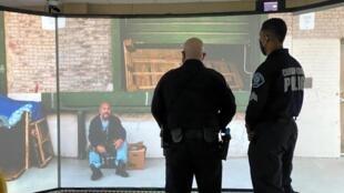 Un agent du County de Camden reçoit une formation à la désescalade sur un simulateur virtuel, accompagné d'un formateur. Cette ville a réformé sa police en 2013, en transformant la culture et les comportements des 394 policiers.