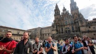 Khách hành hương tổ chức lễ cầu nguyện cho các gia đình nạn nhân - REUTERS /Miguel Vidal