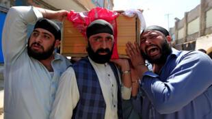Des sikhs portent un cercueil d'une victime de l'attentat survenu à Jalalabad, le 2 juillet 2018.