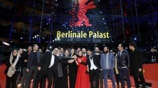 伊朗电影《无邪》获电影节最高奖项金熊奖,此为剧组人员登台领奖场景。