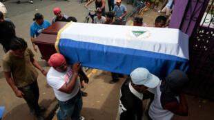 2018年7月16日,尼加拉瓜反政府人士在莫宁柏区送别死难者
