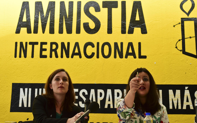 Erika Guevara-Rosas (d) e Madeleine Penman apresentam relatório da Anistia Internacional na Cidade do México.