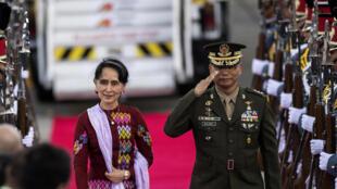 La conseillère d'Etat birmane Aung San Suu Kyi, à son arrivée à l'aéroport Pampanga, au nord de Manille, capitale des Philippines, le 11 novembre 2017.