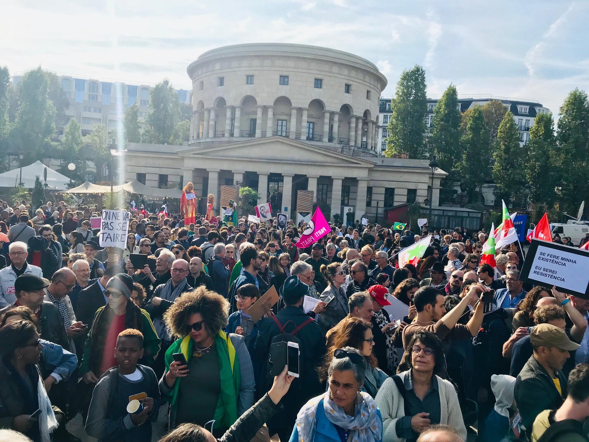 Mais de 35 associações francesas apoiam a luta contra o fascismo no Brasil na mobilização que aconteceu em Paris em 20 de outubro de 2018.