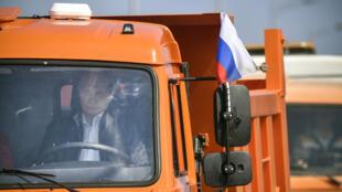 Tổng thống Nga Vladimir Poutine lái chiếc xe tải Kamaz, khai trương cầu nối liền Crimée và Nga. Ảnh 15/05/2018.