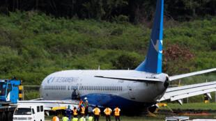 马尼拉机场工人试图移走滑出跑道的厦航客机 2018 8 17