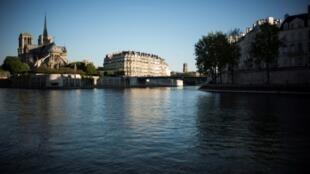 Vue de la Seine au niveau de Notre-Dame de Paris, le 5 mai 2016