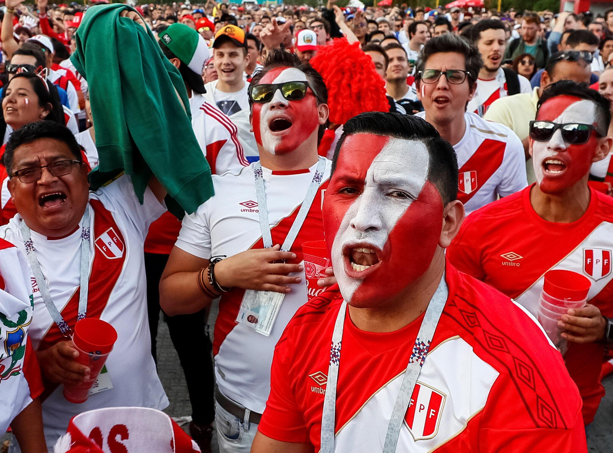 Les supporters péruviens retiennent leur souffle pendant la rencontre France - Pérou, le 21 juin 2018.