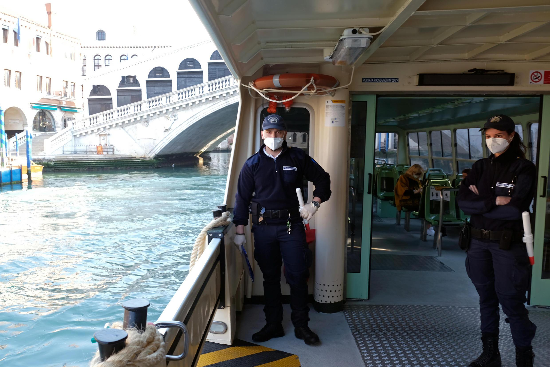 Полицейский контроль на вапоретто в Венеции.