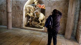Turista fotografa escultura restaurada na Basílica da Natividade, em Belém, na Cisjordânia.