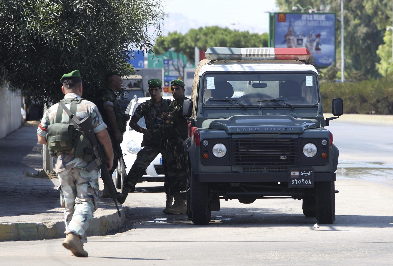 Солдаты ливанской армии патрулируют дорогу к бейрутскому международному аэропорту, где были похищены турецкие пилоты. Ливан 09/08/2013