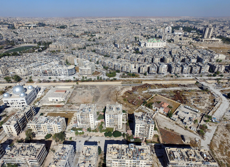 Vue d'une route séparant les quartiers contrôlés par le régime de ceux investis par les rebelles, à Alep, le 20 octobre 2016.