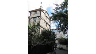 L'entrée du Clubhouse se trouve dans une petite cour arborée donnant sur le canal Saint-Martin, à Paris.