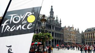 Le logo de la course cycliste du Tour de France est représenté sur la Grand Place de Bruxelles avant le grand départ, le 6 juillet, du Tour de France 2019 à Bruxelles. Belgique, le 19 juin 2019.