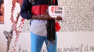 Sedjro Giovanni Houansou (Bénin) avec son trophée du Prix RFI Théâtre 2018 aux Francophonies à Limoges.