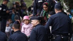Polícia desmantela acampamento ilegal em Mons, no norte da França.