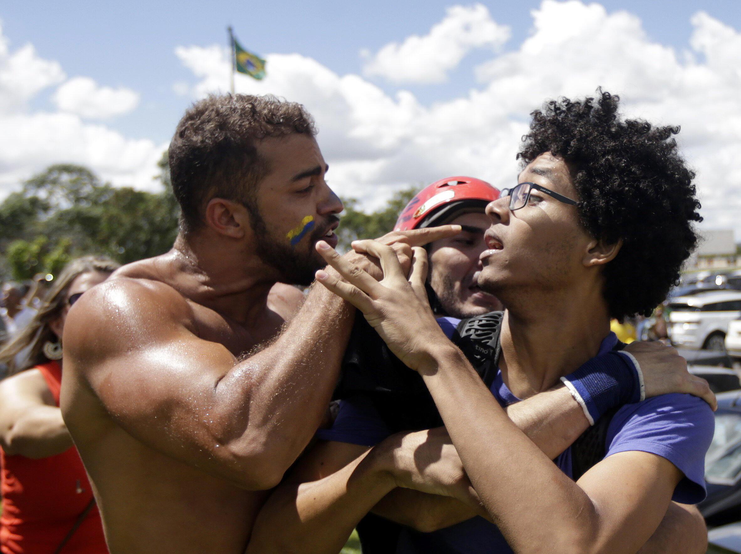 La tension est réelle, et palpable, entre les partisans et les opposants au gouvernement brésilien. A gauche, un manifestant hostile au gouvernement. A droite, un soutien. Brasilia, 17 mars 2016.