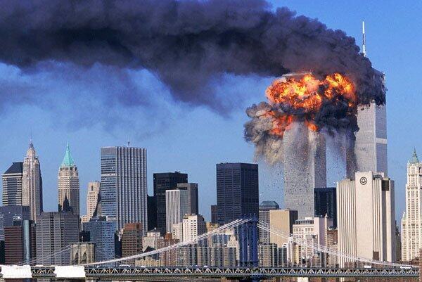 De la fumée s'échappe des tours du World Trade Center à New York, après les impacts des deux avions détournés par les pirates de l'air, le 11 septembre 2001.