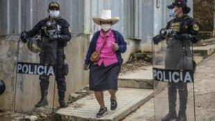 Una mujer llega para votar en Tacabamba, en la reión de Cajamarca en Perú, el 6 de junio de 2021