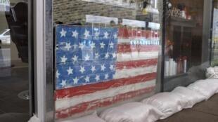 Les commerçants ont posé des sacs de sable devant leur magasin à La Nouvelle-Orléans pour se protéger de la tempête tropicale Barry.